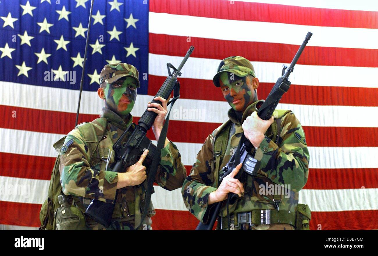 (dpa) - Two soldiers of the 52nd Fighter Wing of the US Air Force pose with their M-16 assault rifles in front of - Stock Image