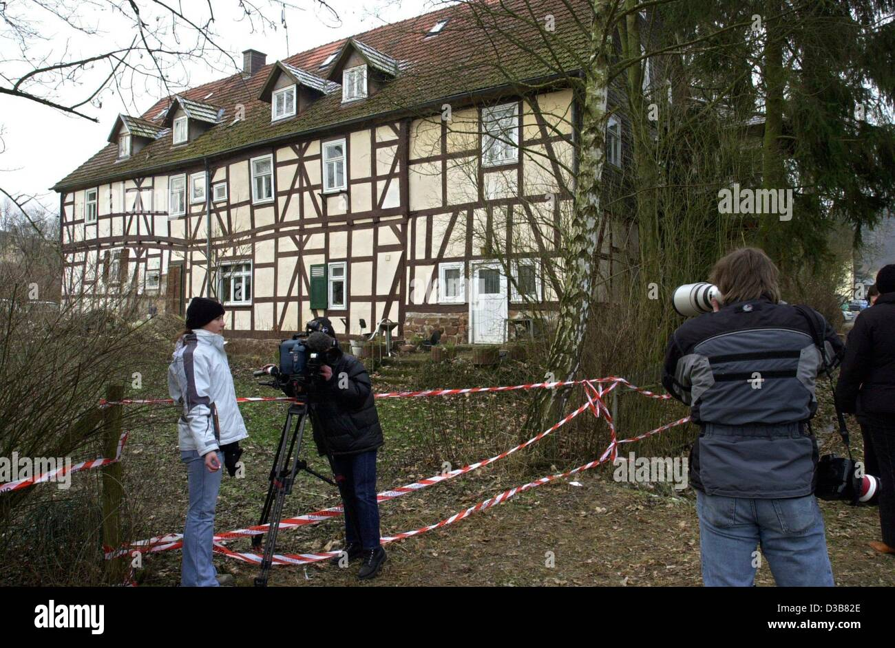 (dpa) - Journalists take pictures of the house of Armin M. in Rotenburg, Germany, 13 December 2002. The 41-year - Stock Image