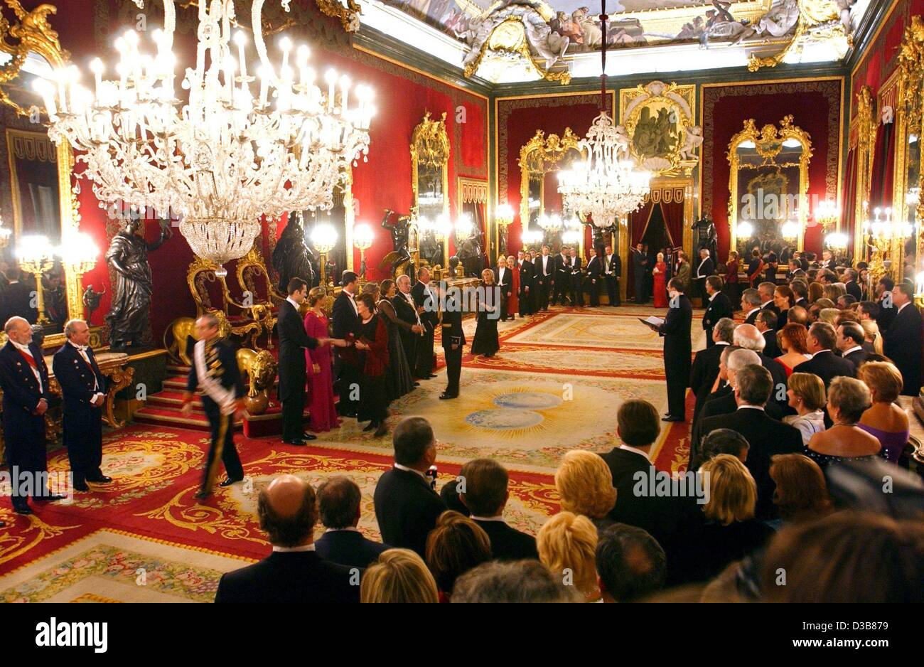 (dpa) - Chandeliers illuminate the festive royal palace during the reception of German President Johannes Rau and - Stock Image