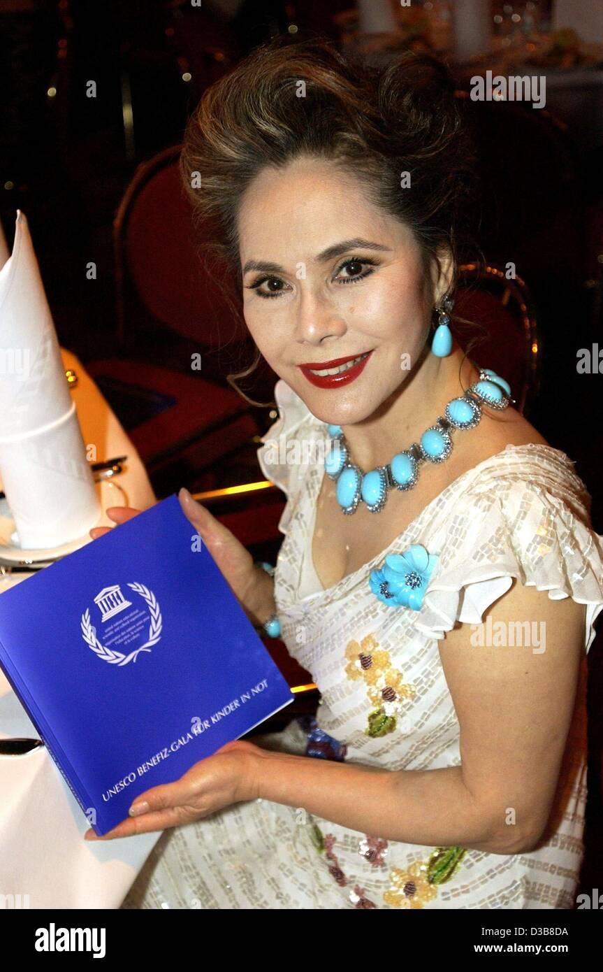 (dpa) - Ratna Sari Dewi, widow of the Indonesian ex-president Sukarno, shows a UNESCO publication during the UNESCO - Stock Image