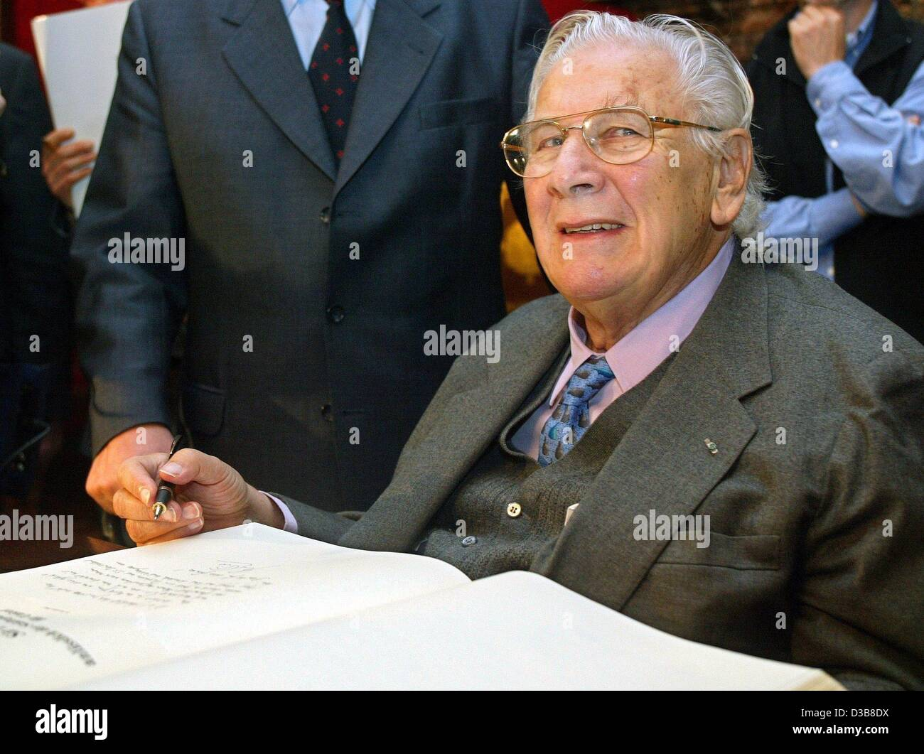 (dpa) - Sir Peter Ustinov, actor ('Hercule Poirot') and UNICEF ambassador, signs the golden book of the - Stock Image