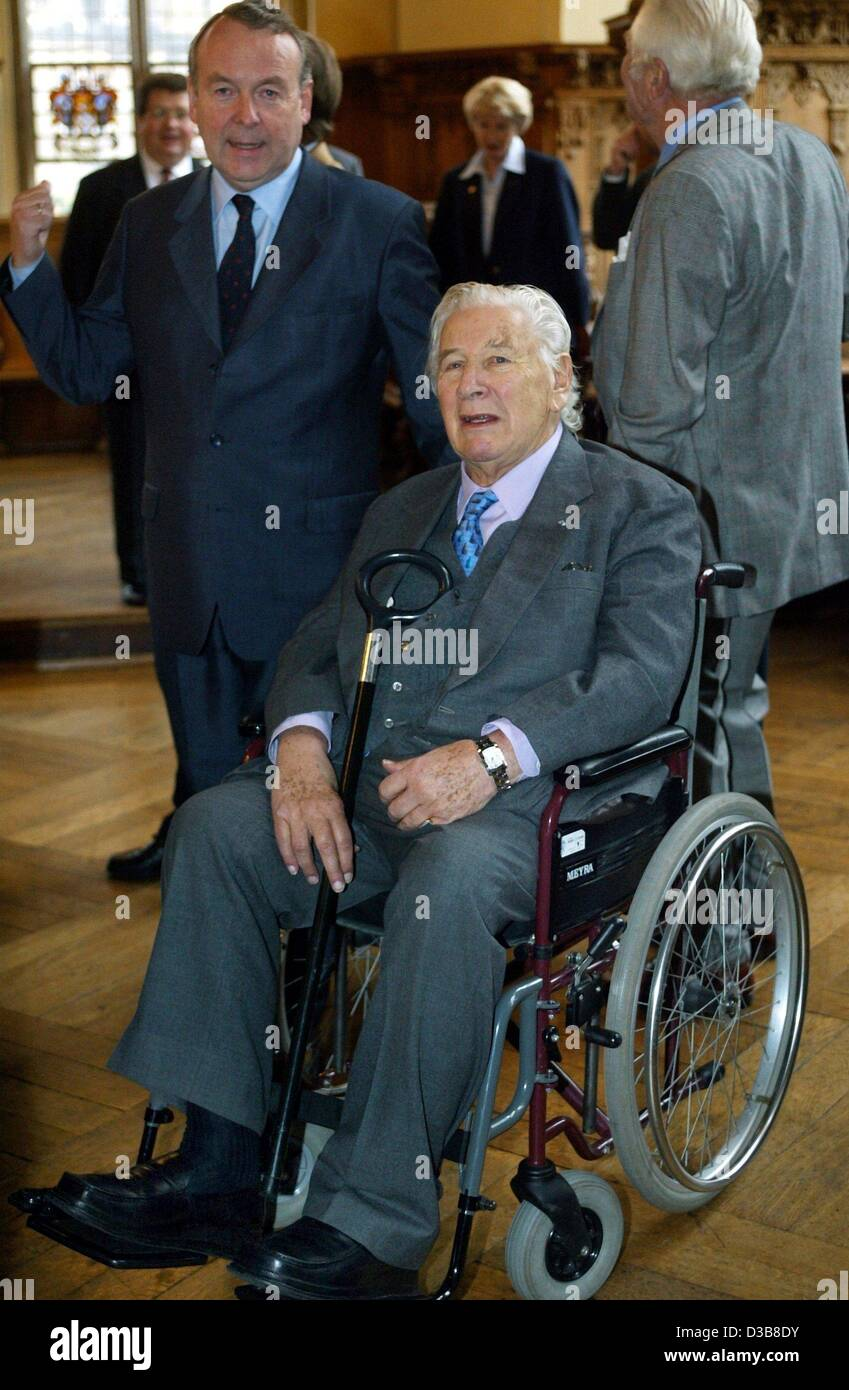 (dpa) - Sir Peter Ustinov, actor ('Hercule Poirot') and UNICEF ambassador, sits in his wheelchair as he - Stock Image