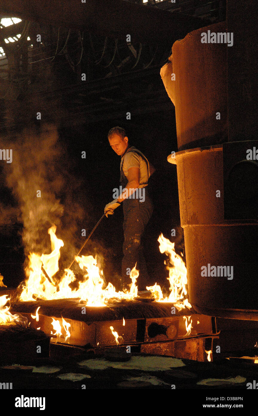 (dpa file) - The picture, dated 30 June 2005, shows the process of steel casting in the PHB Stahlguss GmbH foundry Stock Photo