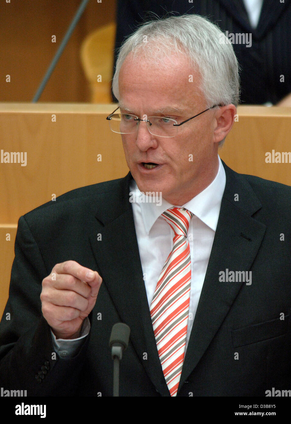 (dpa) - North Rhine Westphalia's Premier Juergen Ruettgers announces his first government declaration at the - Stock Image