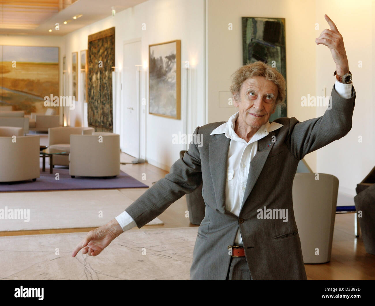 (dpa) - French pantomime artist Marcel Marceau poses during a photo call at the French embassy in Berlin, Wednesday, - Stock Image