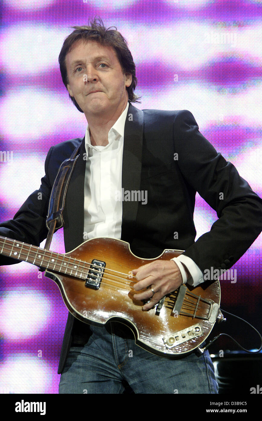 (dpa) - Music legend Paul McCartney performs during the Live 8 Concert in Hyde Park in London, England, 02 July - Stock Image