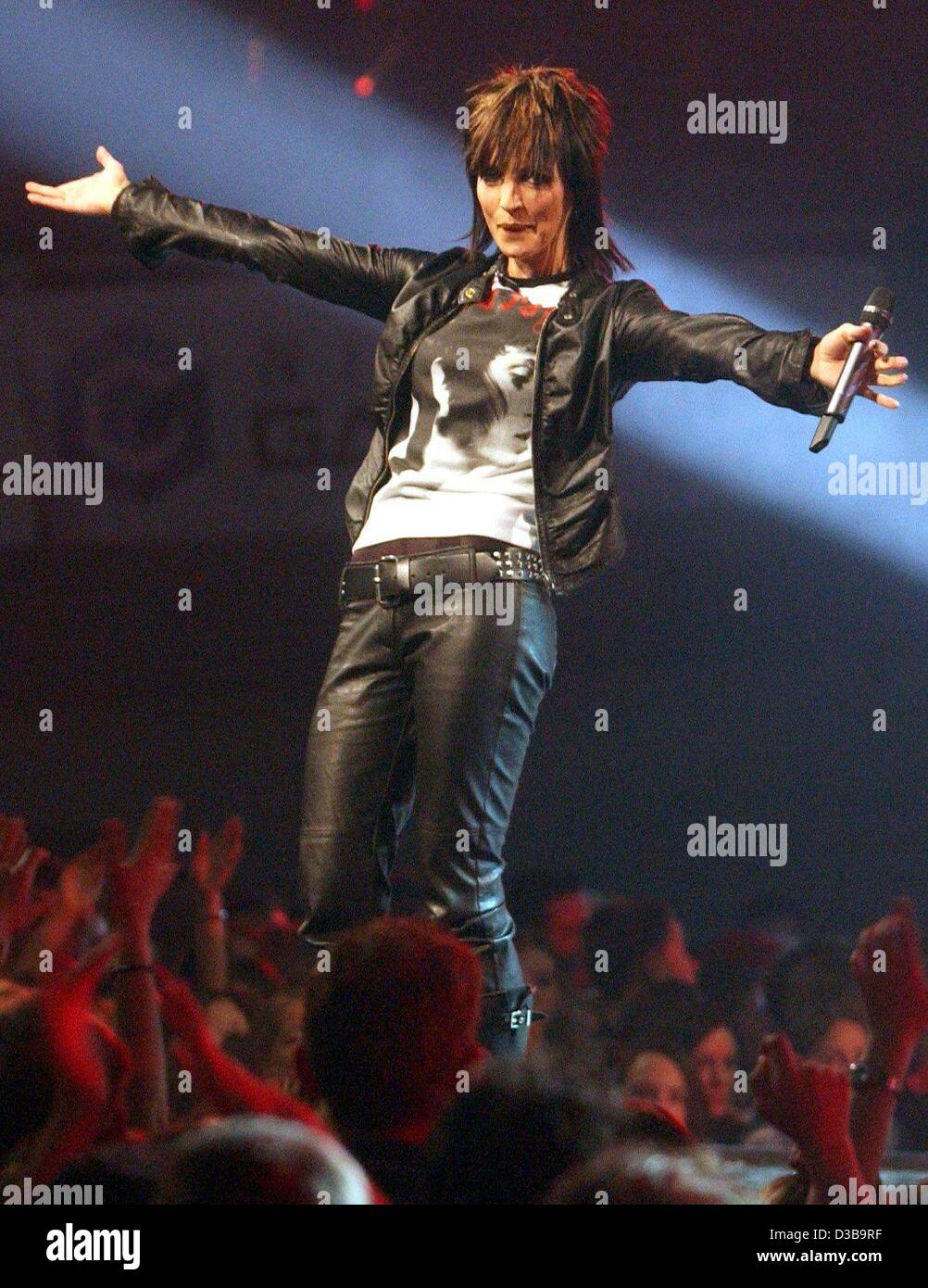 (dpa) - Nena, German pop star and former star of the Neue Deutsche Welle (new German wave), acknowledges the applause - Stock Image