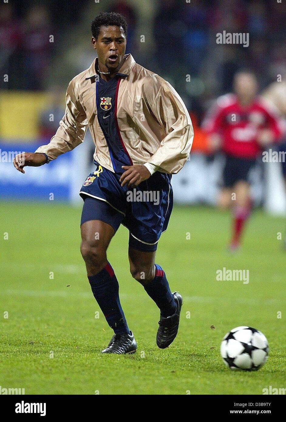 (dpa) - Barcelona's Dutch goalscorer Patrick Kluivert dribbles during the UEFA Champions League match Bayer - Stock Image
