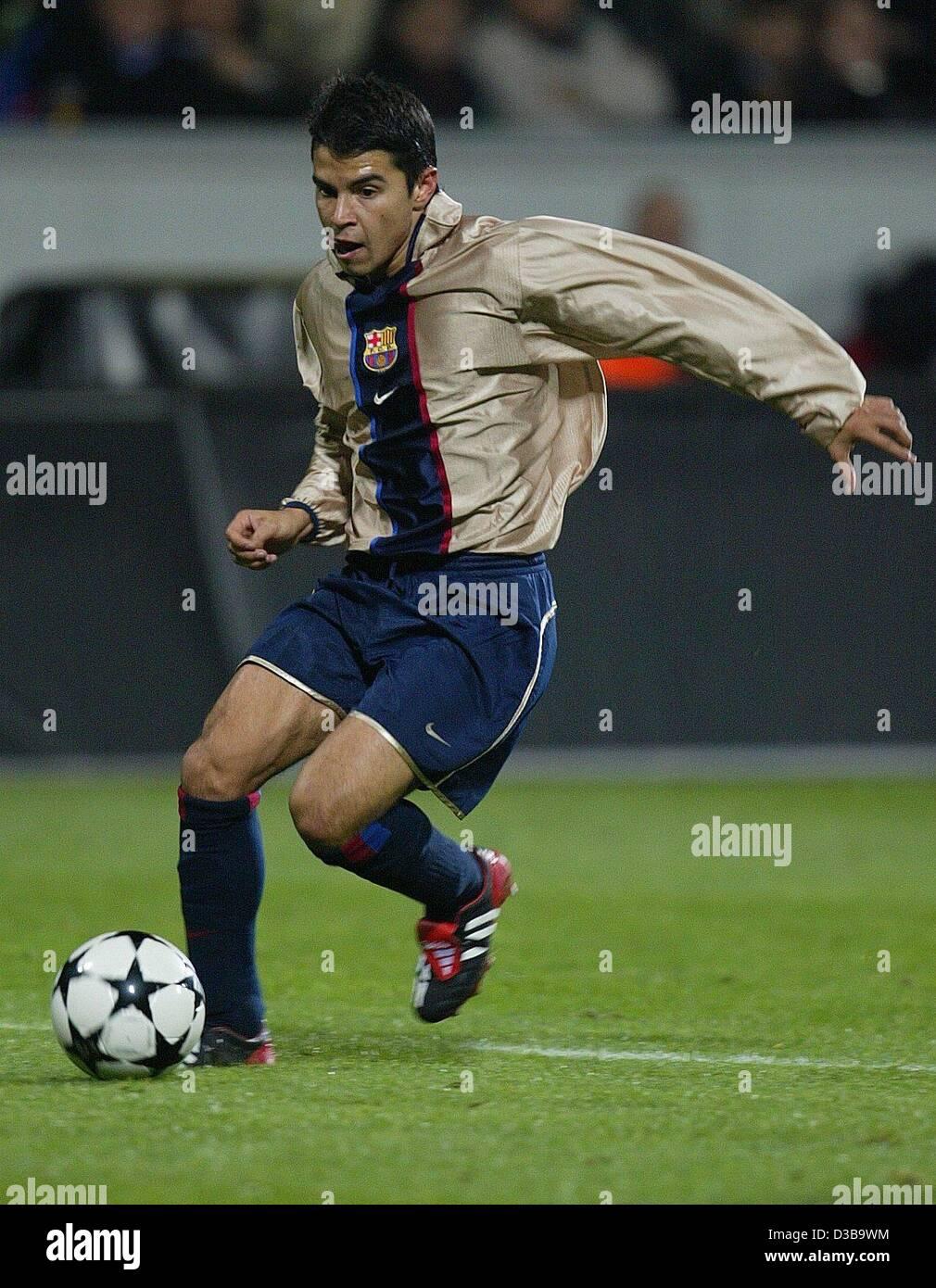 (dpa) - Barcelona's Argentine midfielder Javier Saviola dribbles during the UEFA Champions League match Bayer - Stock Image