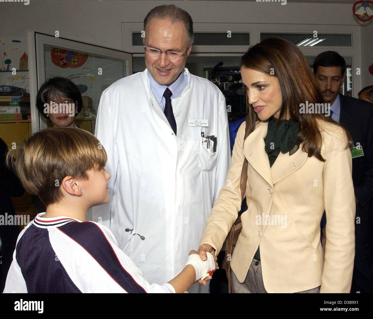(dpa) - Queen Rania of Jordan is greeted by Maximilian, a patient in the children's clinic Charite Campus Virchow - Stock Image