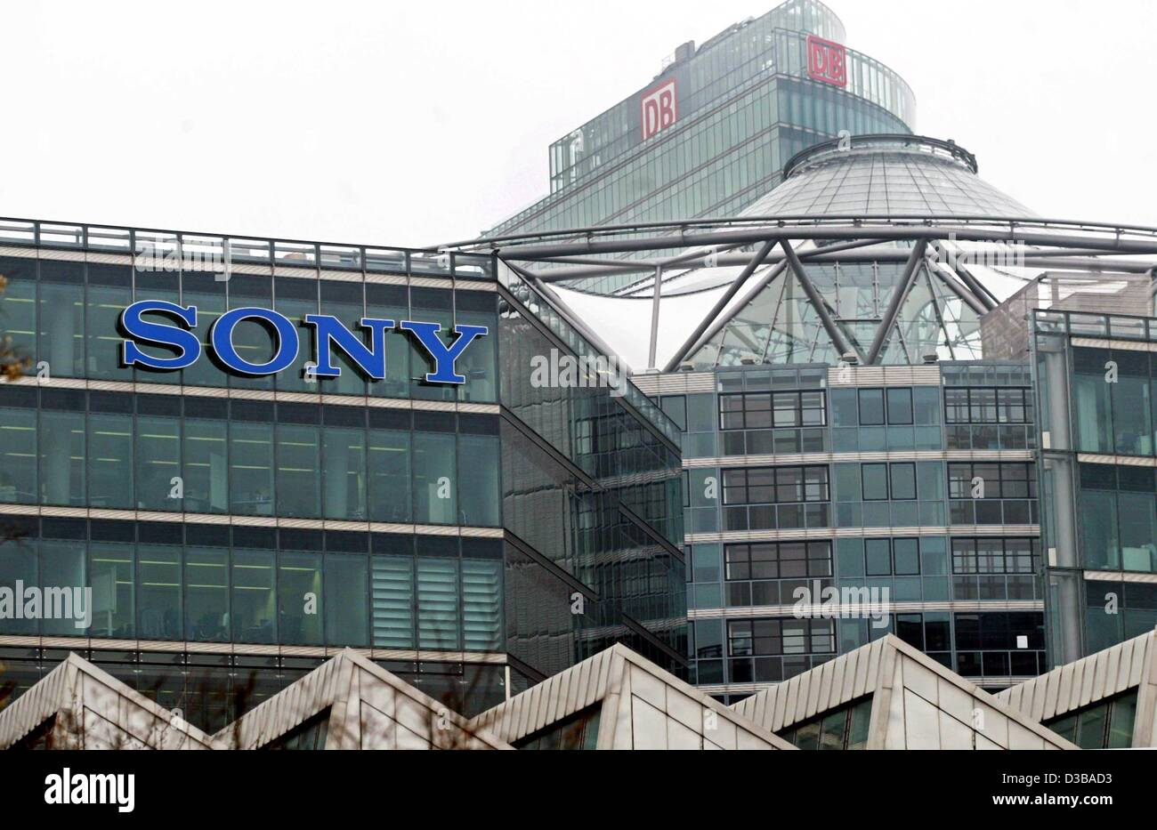 (dpa) - A view of the SONY European headquarters at the Potsdamer Platz in Berlin, 25 November 2002. Sony on 15 - Stock Image