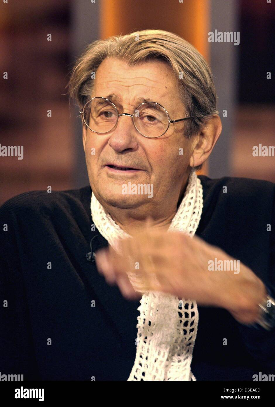 (dpa) - Famous photographer Helmut Newton talks during a TV appearance in a talkshow in Hamburg, 17 October 2002. - Stock Image