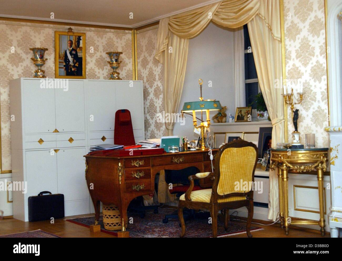 (dpa) - A view of the desk in the office of Queen Silvia of Sweden in the royal palace in Stockholm, 14 November - Stock Image
