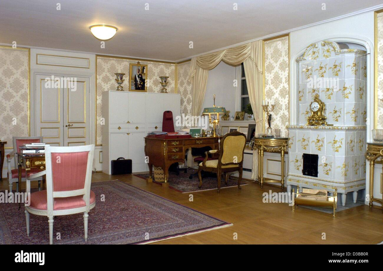 (dpa) - A view of the office of Queen Silvia of Sweden in the royal palace in Stockholm, 14 November 2002. On the - Stock Image
