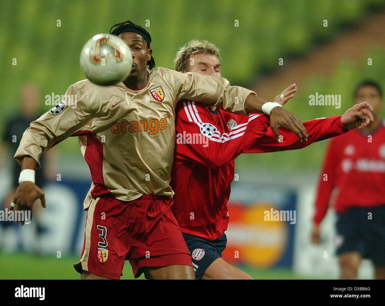(dpa) - Bayern's forward Alexander Zickler (R) fights for the ball with Lens' Cameroon defender Rigobert - Stock Image