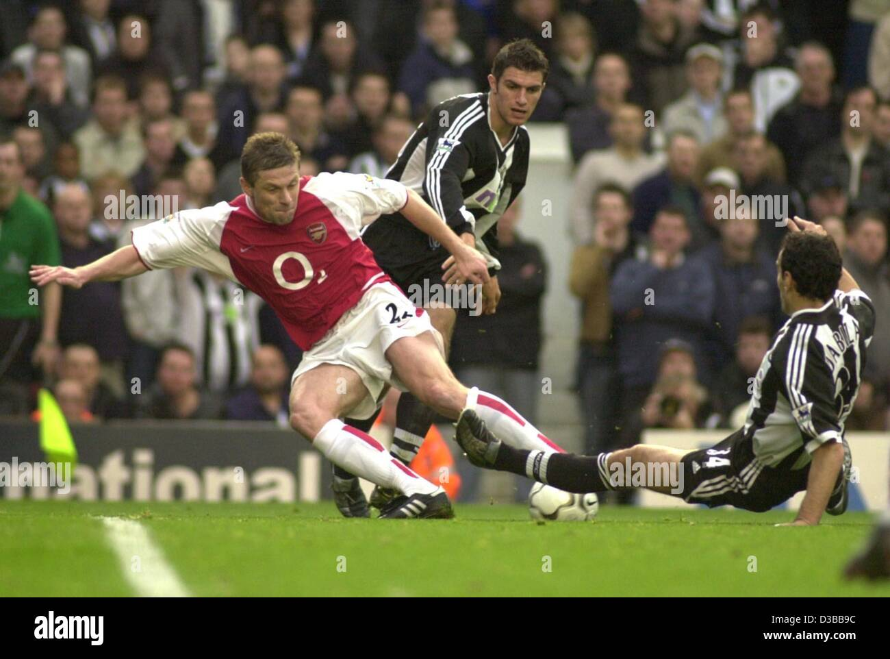 (dpa) - Arsenal's defender Oleg Luzhny from Ukraina (L) fights for the ball with Newcastle's players Nikolaos - Stock Image