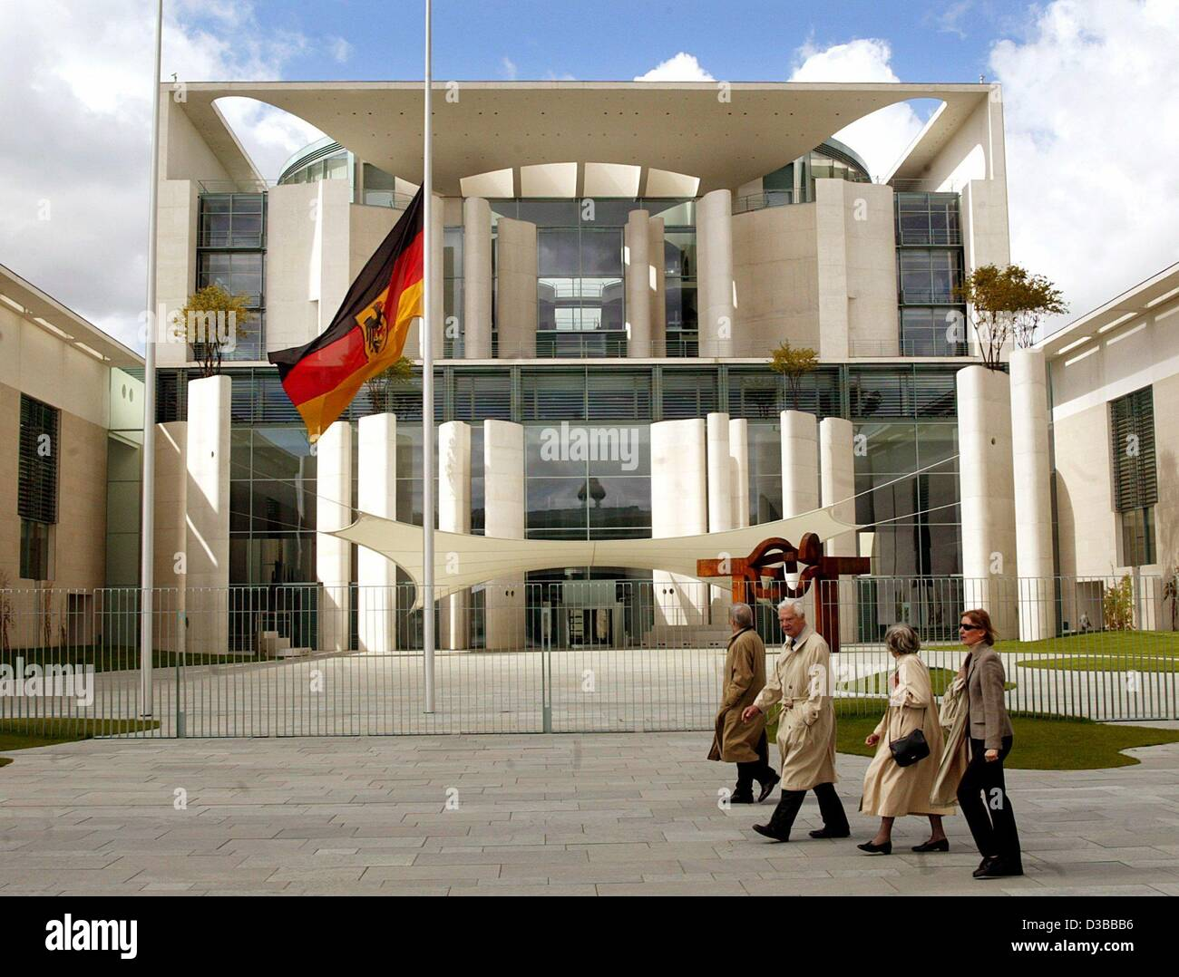 (dpa files) - People walk past the Chancellery in Berlin where the flag is set at half-mast, Berlin, 27 April 2002. - Stock Image