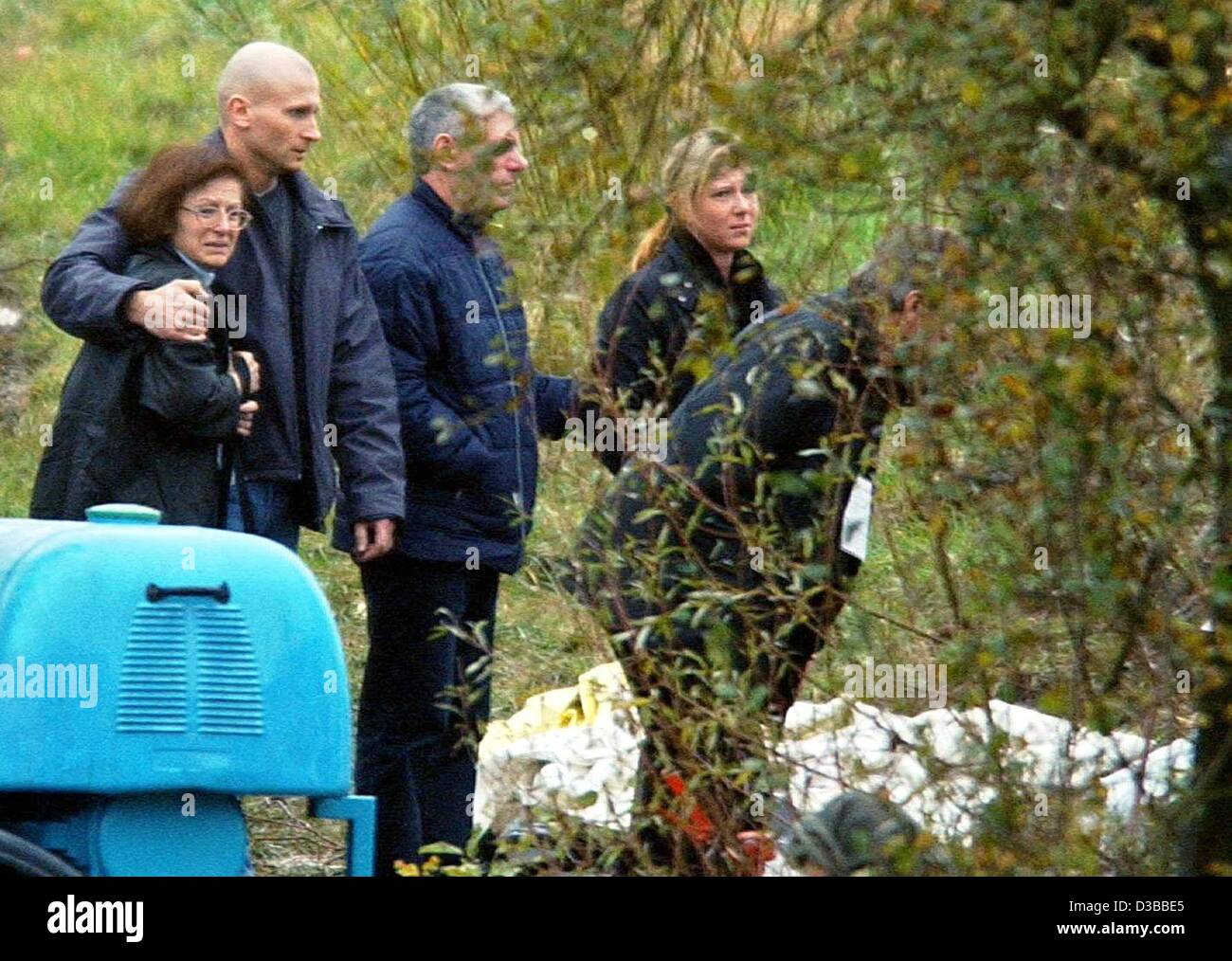 (dpa) - Relatives of the victims of the crashed Fokker 500 Luxair plane stand in front of the plane wreck near Niederanven, - Stock Image