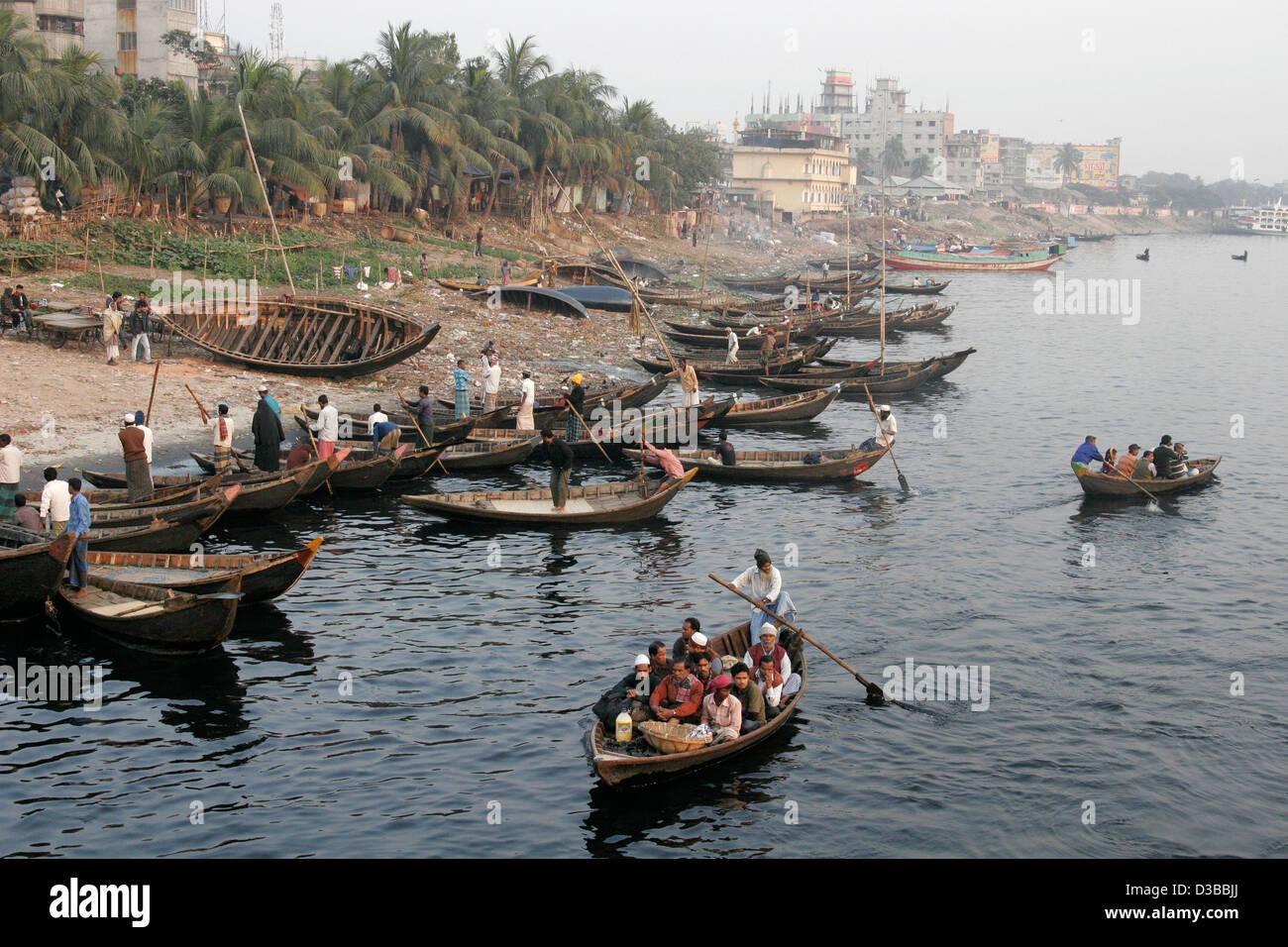 Buriganga river bank with small row boats in Dhaka, Bangladesh - Stock Image