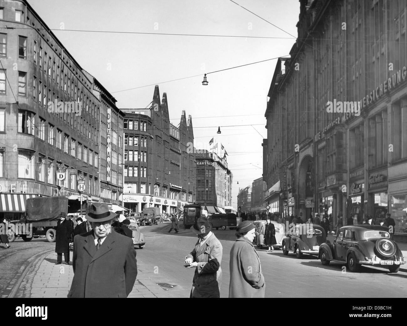(dpa files) - Passers-by and cars on the Moenckeberg Strasse, Hamburg's largest shopping street, pictured in - Stock Image