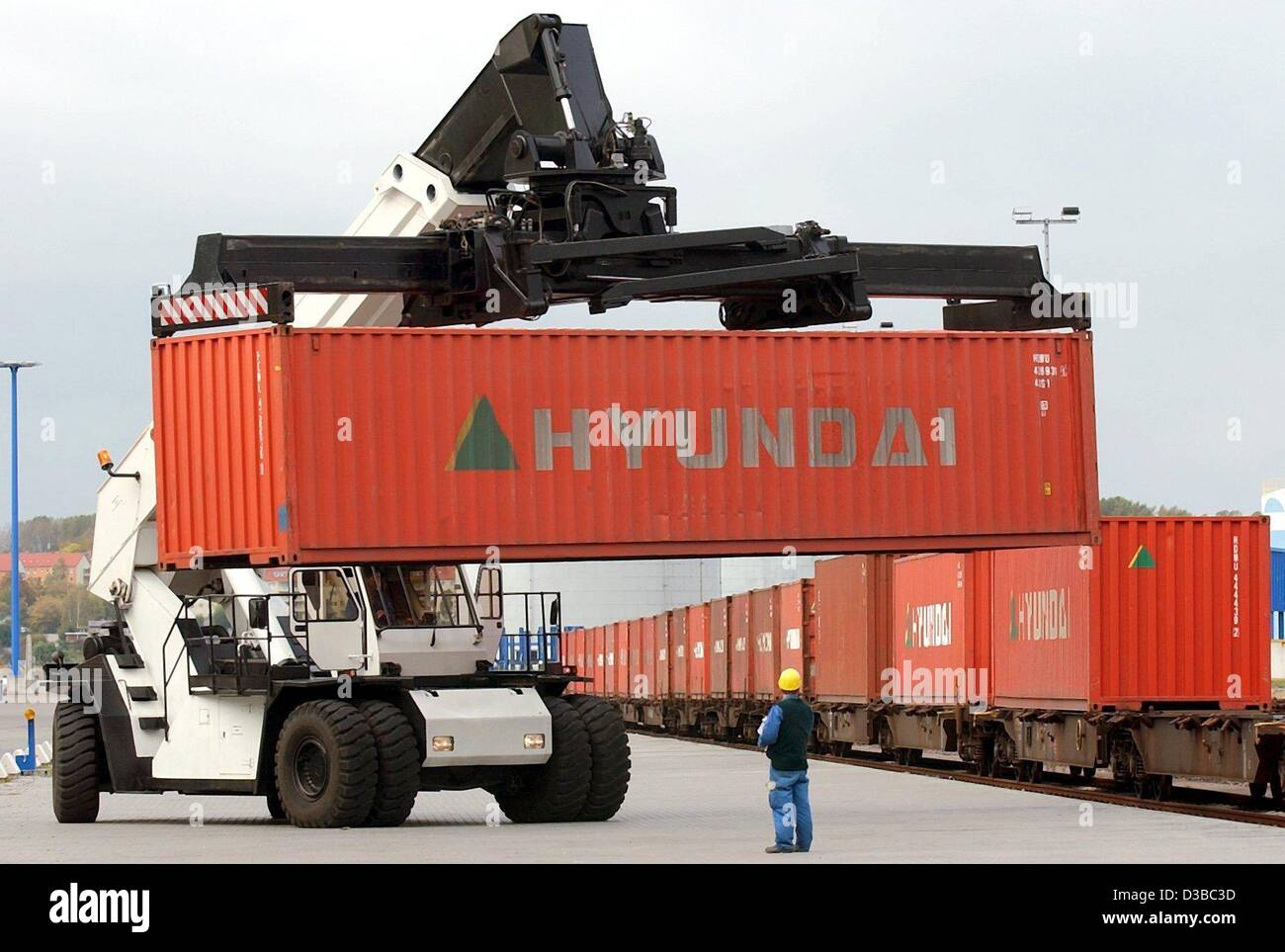 (dpa) - A container train is loaded at the sea port in Wismar, Germany, 17 October 2002. Since July the container - Stock Image