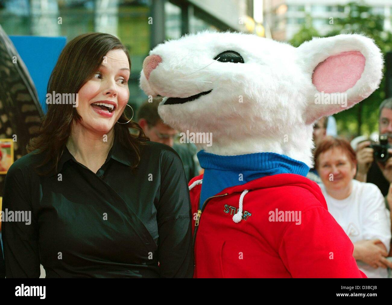(dpa) - US actress Geena Davis jokes with a huge Stuart Little Mouse as she arrives at the European premiere of - Stock Image