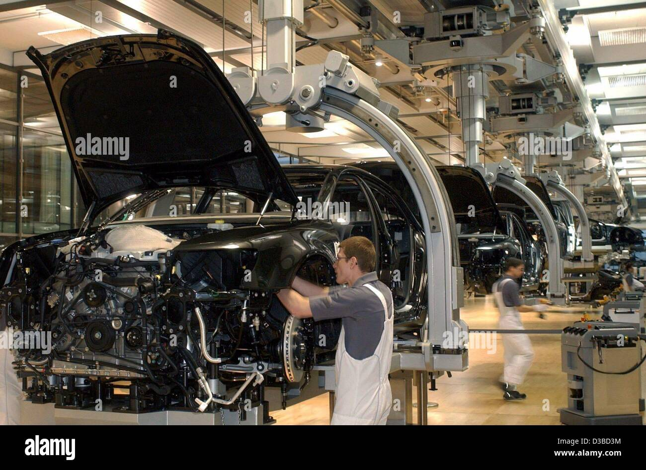 (dpa) - Mechanics assemble Volkswagen's luxury sedan Phaeton in the 'glass factory', a transparent hall - Stock Image