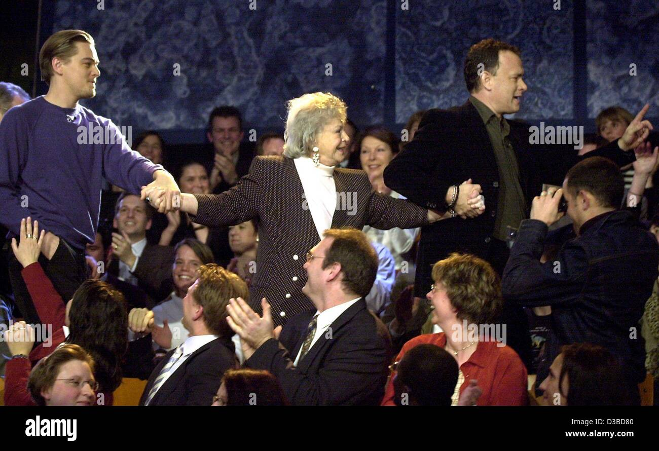 (dpa) - US actors Leonardo DiCaprio (L) and Tom Hanks (R) walk Erika, a lady from the audience, back to her seat - Stock Image