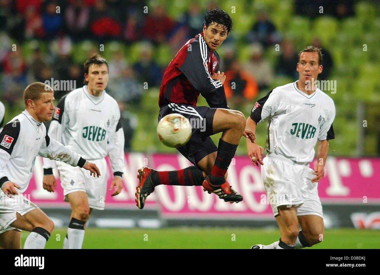 (dpa) - Bayern's Peruvian striker Claudio Pizarro (C) jumps and gets the ball before his opponents from Gladbach - Stock Image