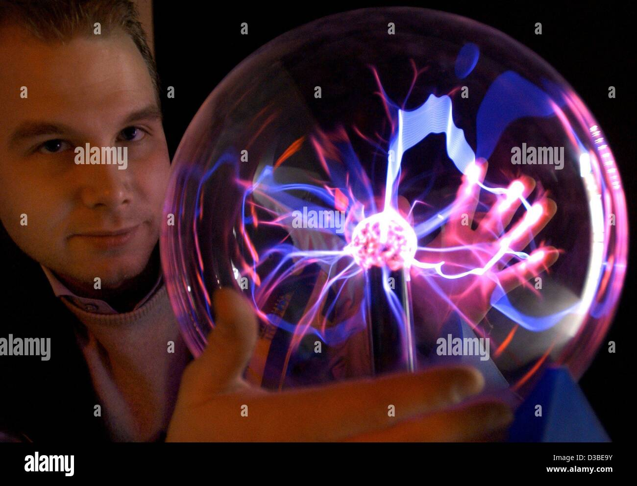 (dpa) - The initiator and founder of the Science Center, Daniel Jarackas, holds a plasma ball in his hands and explains - Stock Image