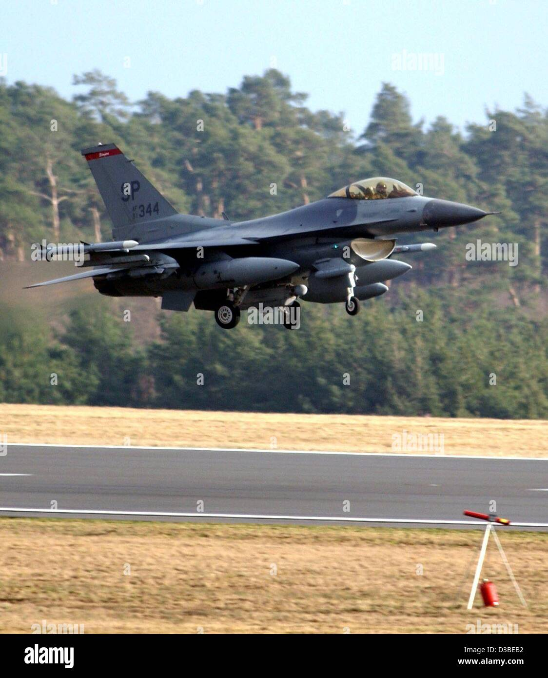 (dpa) - A war plane of type F 16 of the 52nd fighter group takes off from the US airbase in Spangdahlem, Germany, - Stock Image