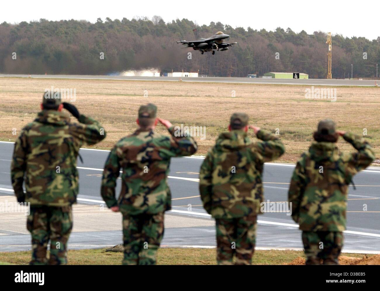 (dpa) - Members of the US Air Force salute a pilot of the 52nd fighter group who takes off with a war plane of type - Stock Image