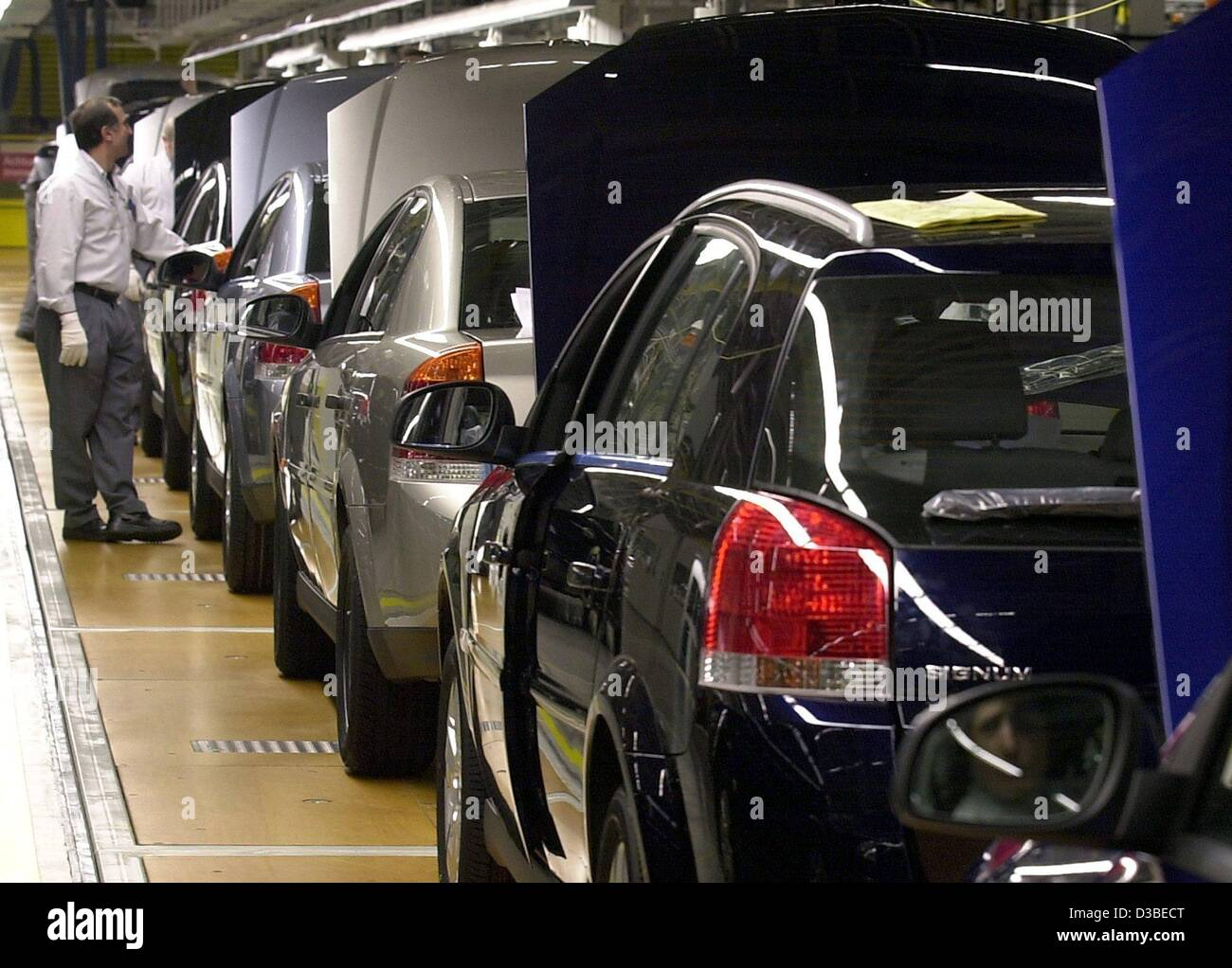 dpa) - A worker of the car manufacturer Adam Opel AG checks the ...