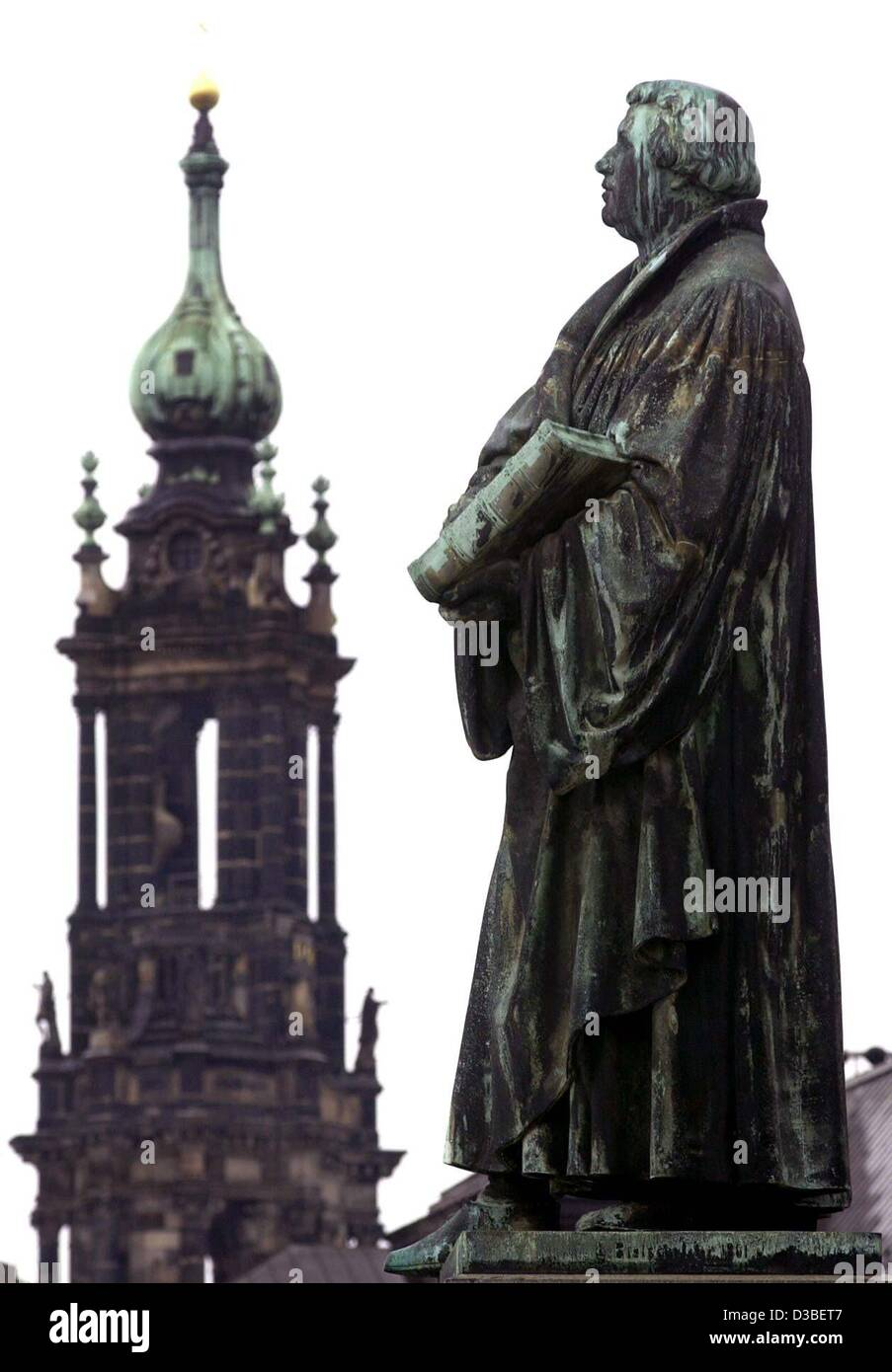 (dpa files) - A statue of reformer Martin Luther stands at the protestant 'Frauenkirche' church looking - Stock Image
