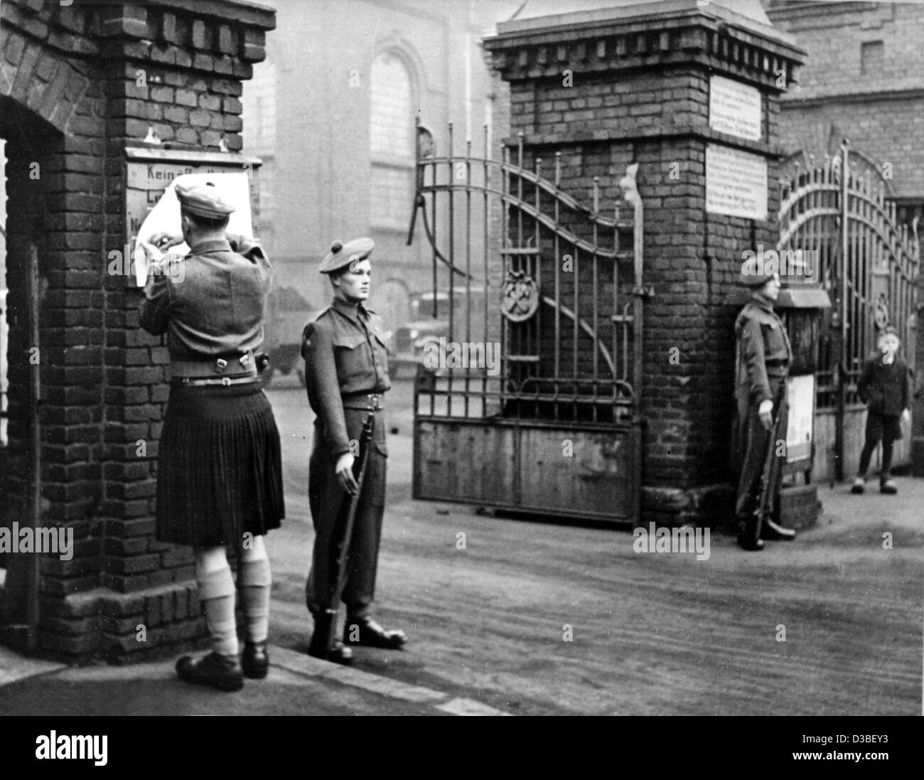 (dpa files) - A British army officer pins the act of disposal to the gate of a confiscated industry plant in the - Stock Image