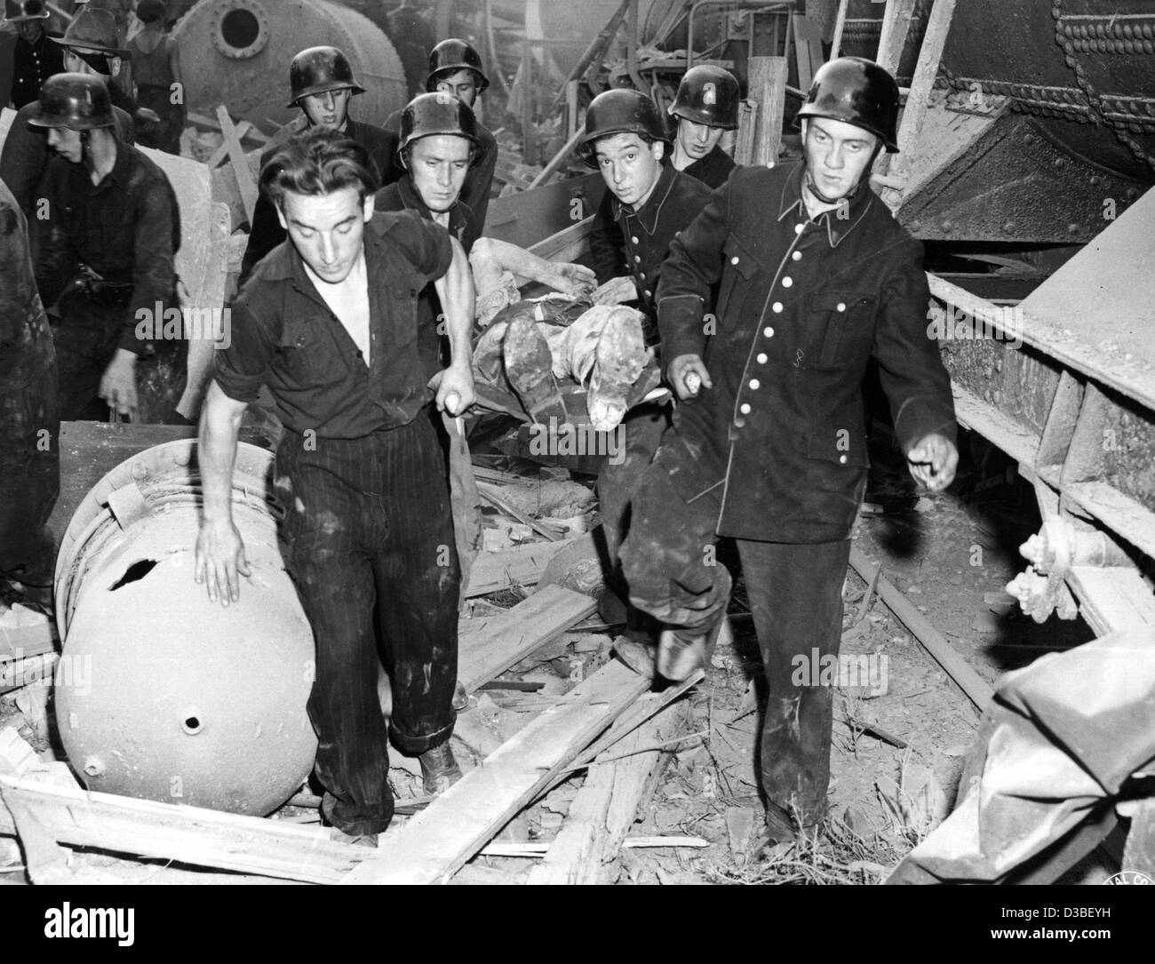 (dpa files) - Rescue workers bring away one of the victims of the chemical blast at the BASF chemical plant in Ludwigshafen, - Stock Image