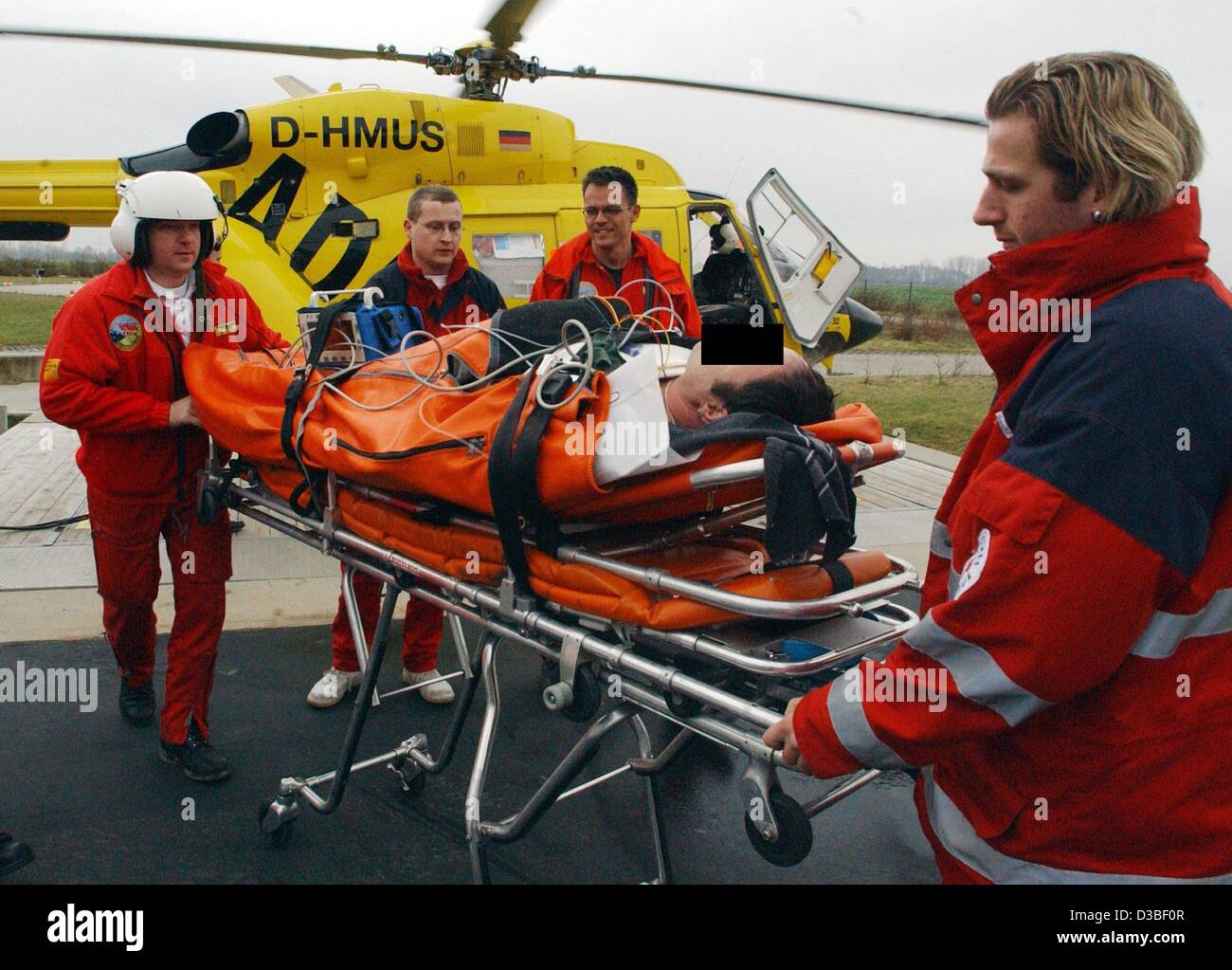 (dpa) - Emergency physician Thomas Ramolla and his assistant Daniel Gerth carry an injured person on a stretcher - Stock Image