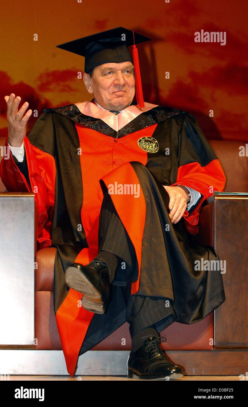 dpa) - German Chancellor Gerhard Schroeder wears the gown and Stock ...