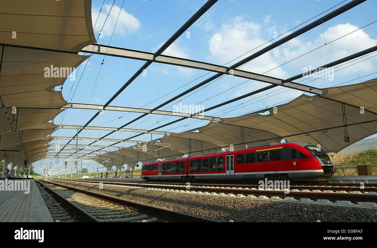 (dpa) - A passenger train of the Deutsche Bahn departs from a platform of the new train station at the airport Leipzig/Halle - Stock Image