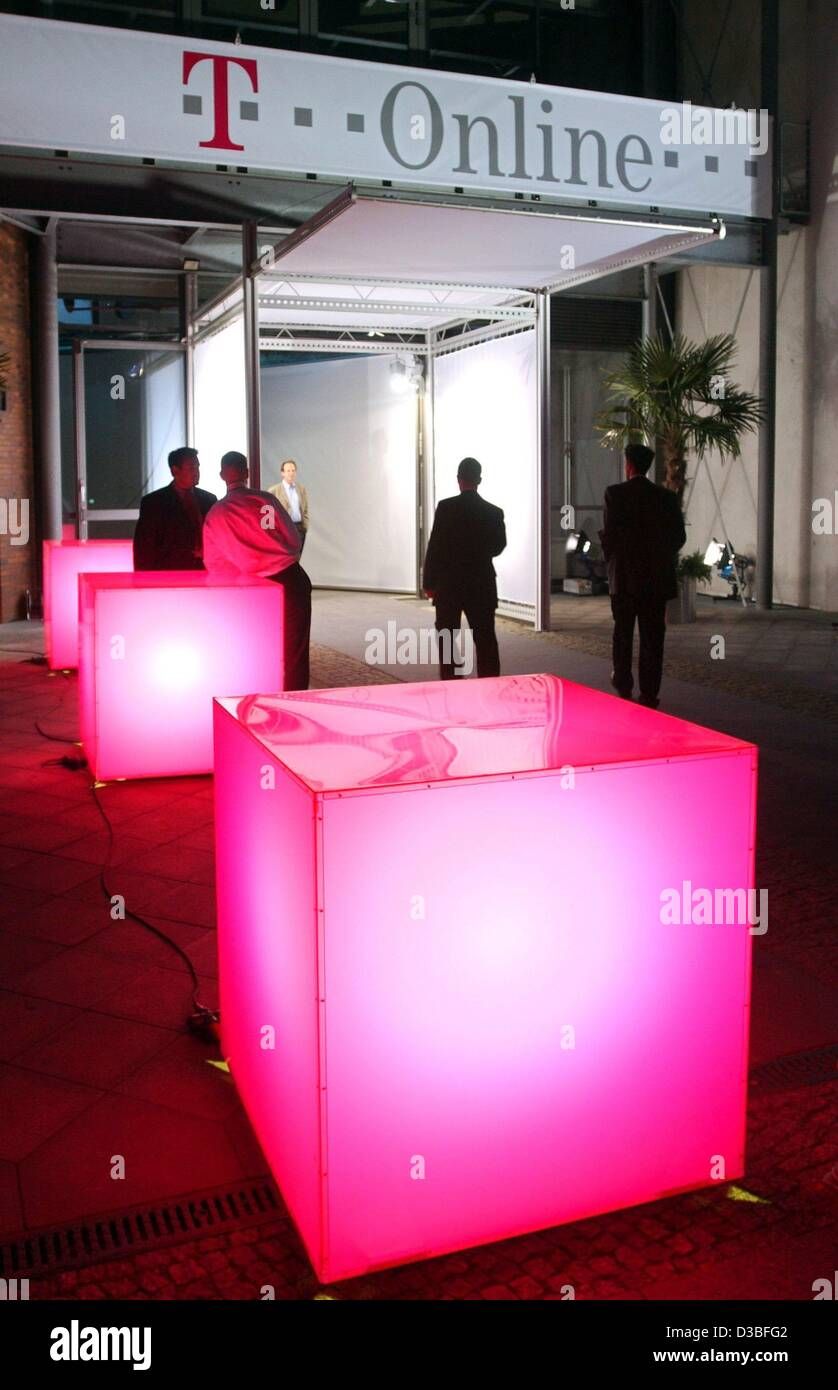 (dpa) - Pink light boxes, the stylised logo of T-Online, stand in front of the technical museum, the venue of the - Stock Image