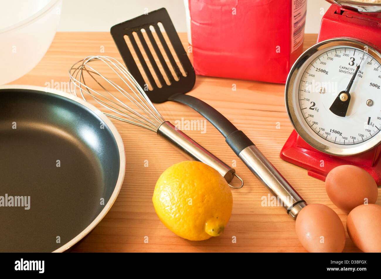 Kitchen scales and baking utensils - Stock Image