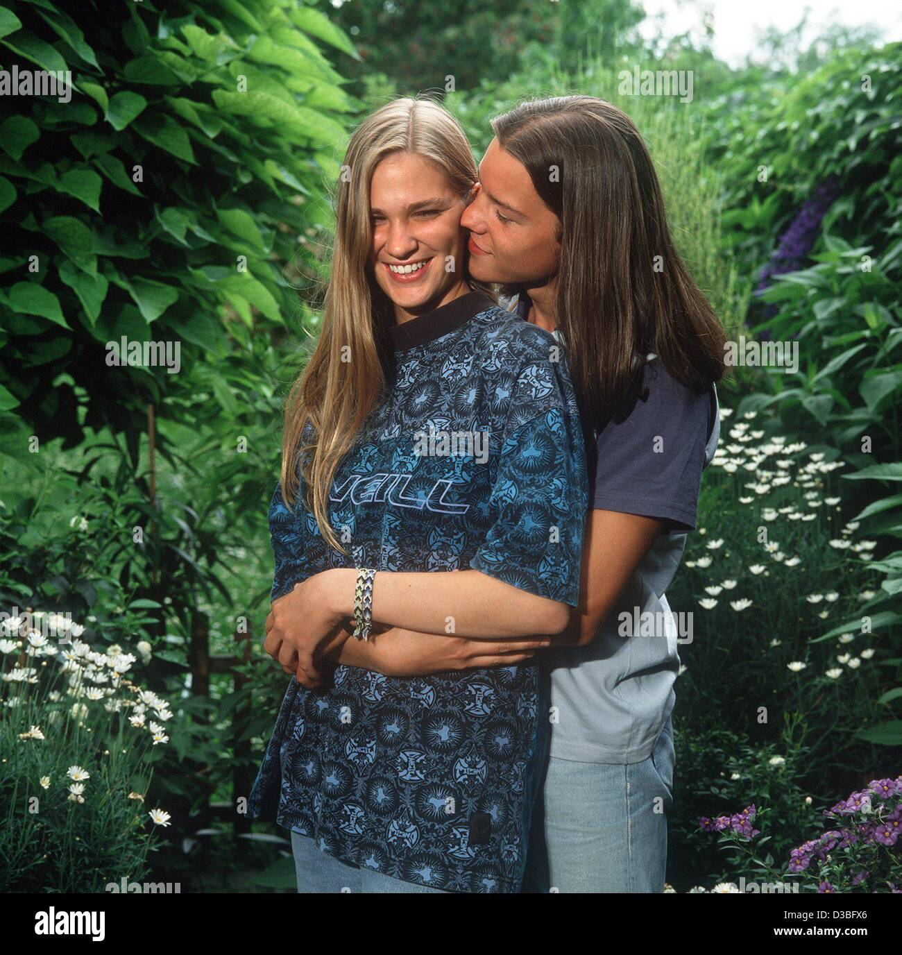 (dpa) - A young couple is smooching in a garden (undated, recent). - Stock Image