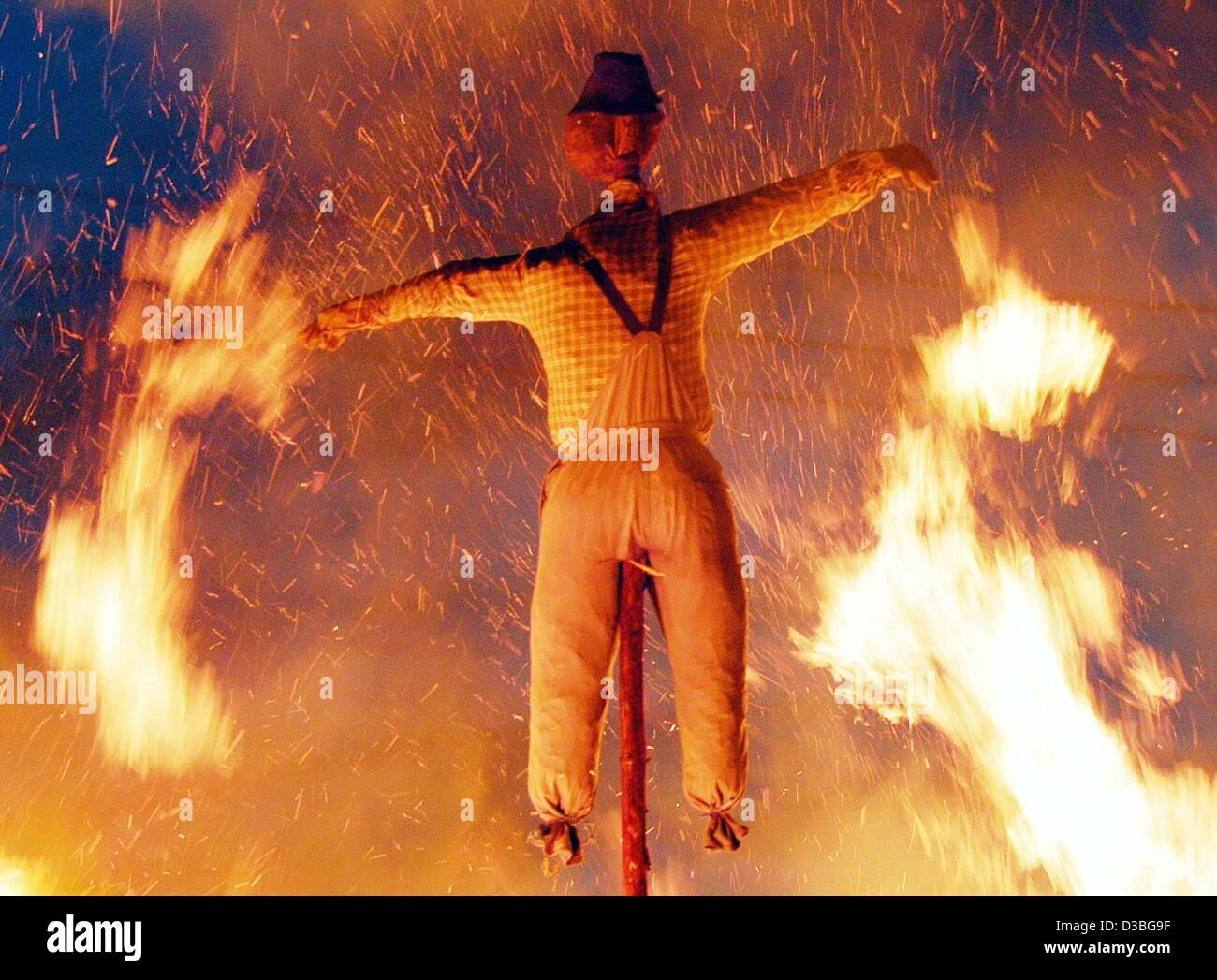 (dpa) - Sparks and flames encircle a doll made from straw during the Midsommer Night celebrations in Leiblfing, - Stock Image