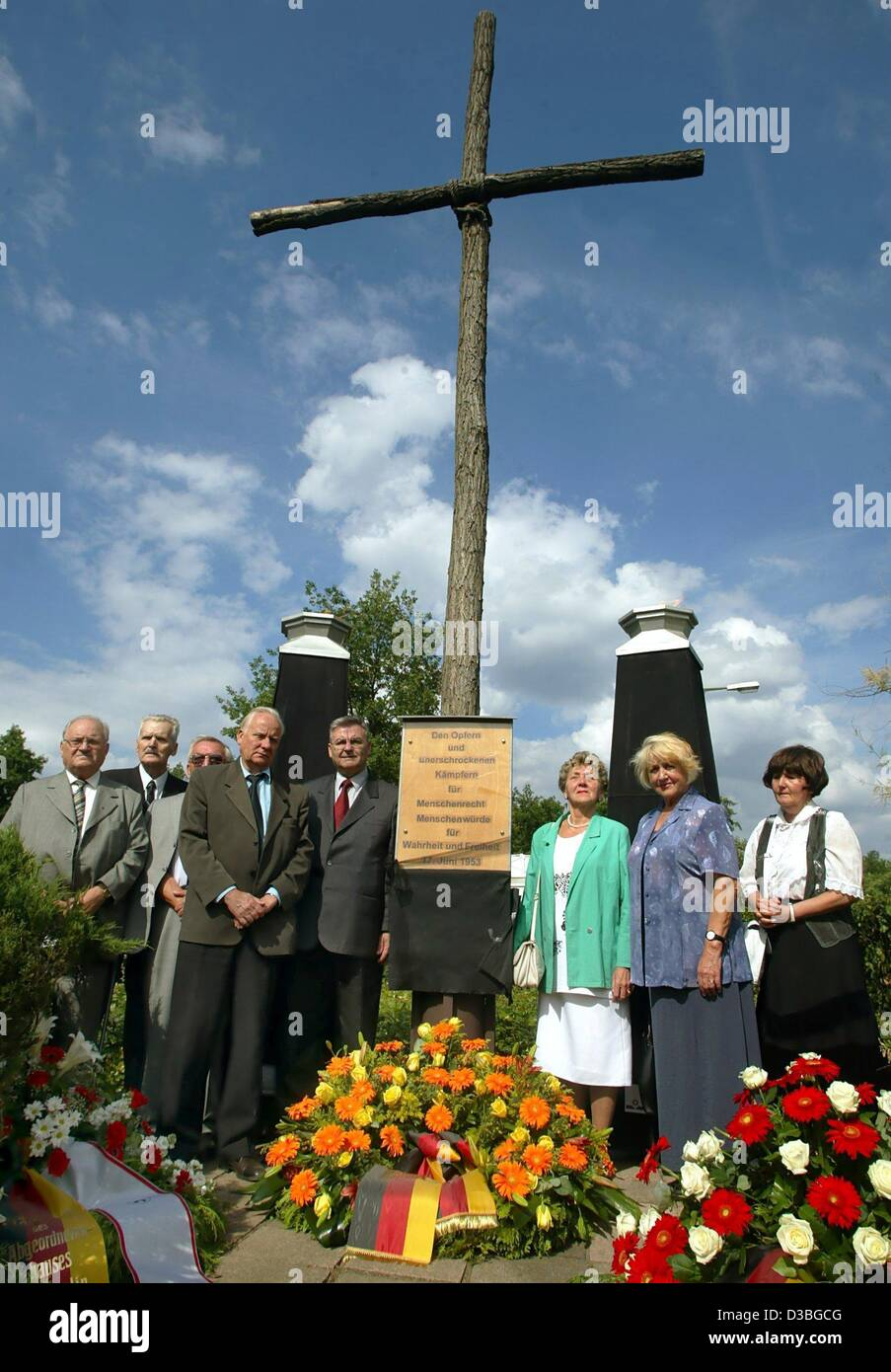 (dpa) - Contemporary witnesses stand next to the wooden cross at the memorial place for the events on 17 June 1953, - Stock Image