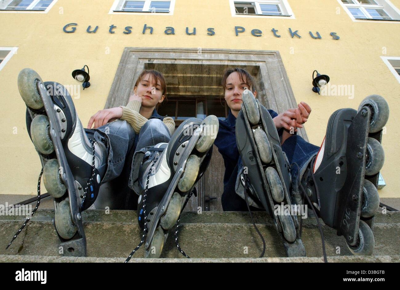 (dpa) - Josephine and Janine put on their inline skates in front of the 'Gutshaus Petkus' (hotel Petkus) - Stock Image