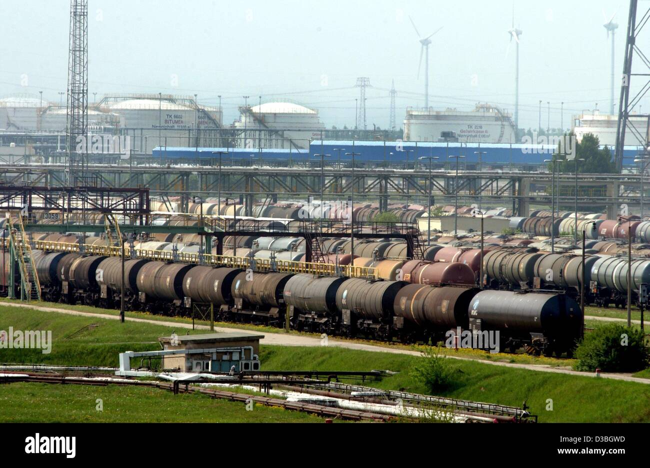 (dpa) - Waggons are ready for departure at the chemical site in Leuna, eastern Germany, 7 May 2003. Leuna, famous - Stock Image