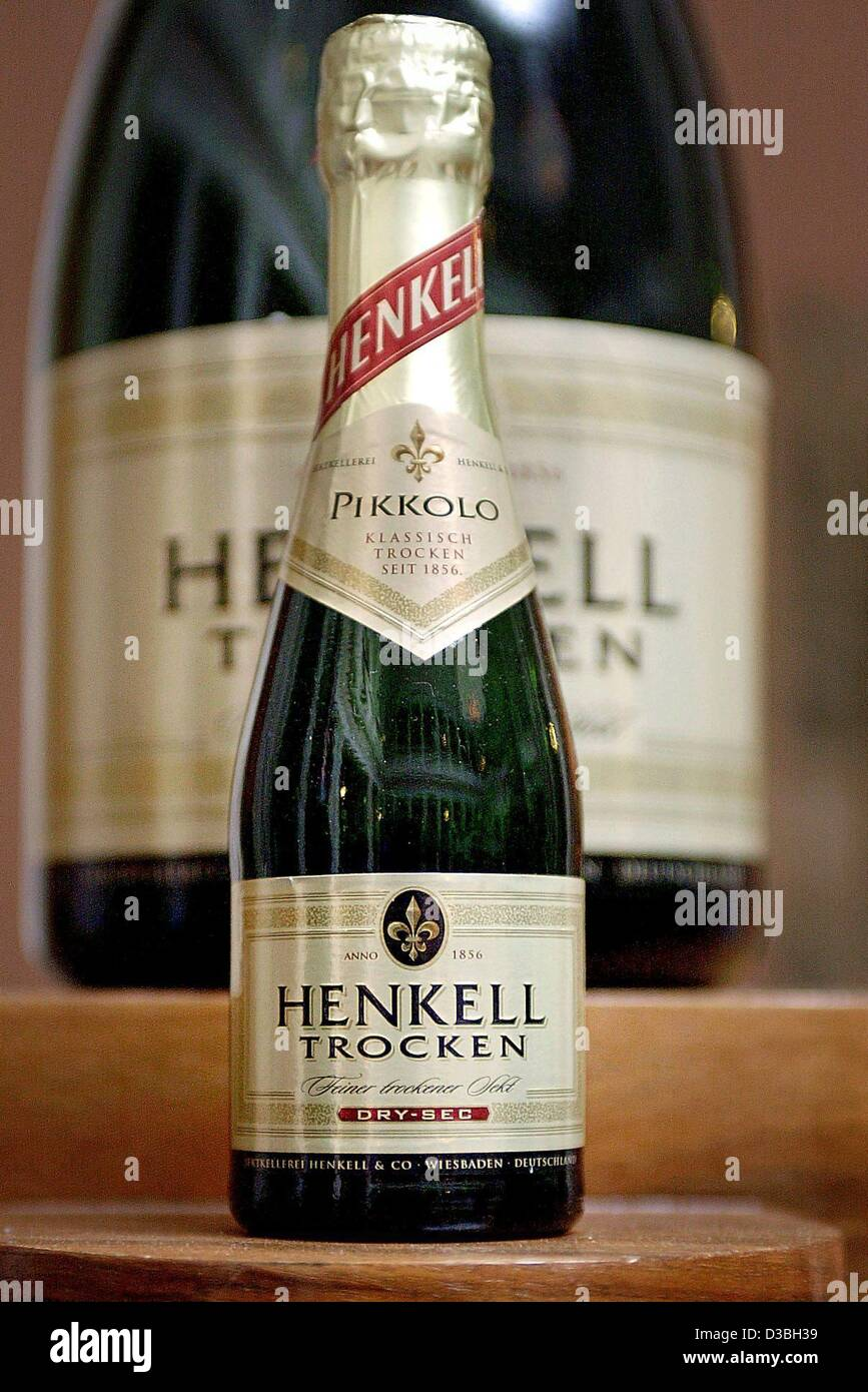 (dpa) - A picture of a mini and the maxi version of a bottle of sparkling wine, produced by Henkell-Soehnlein AG, - Stock Image