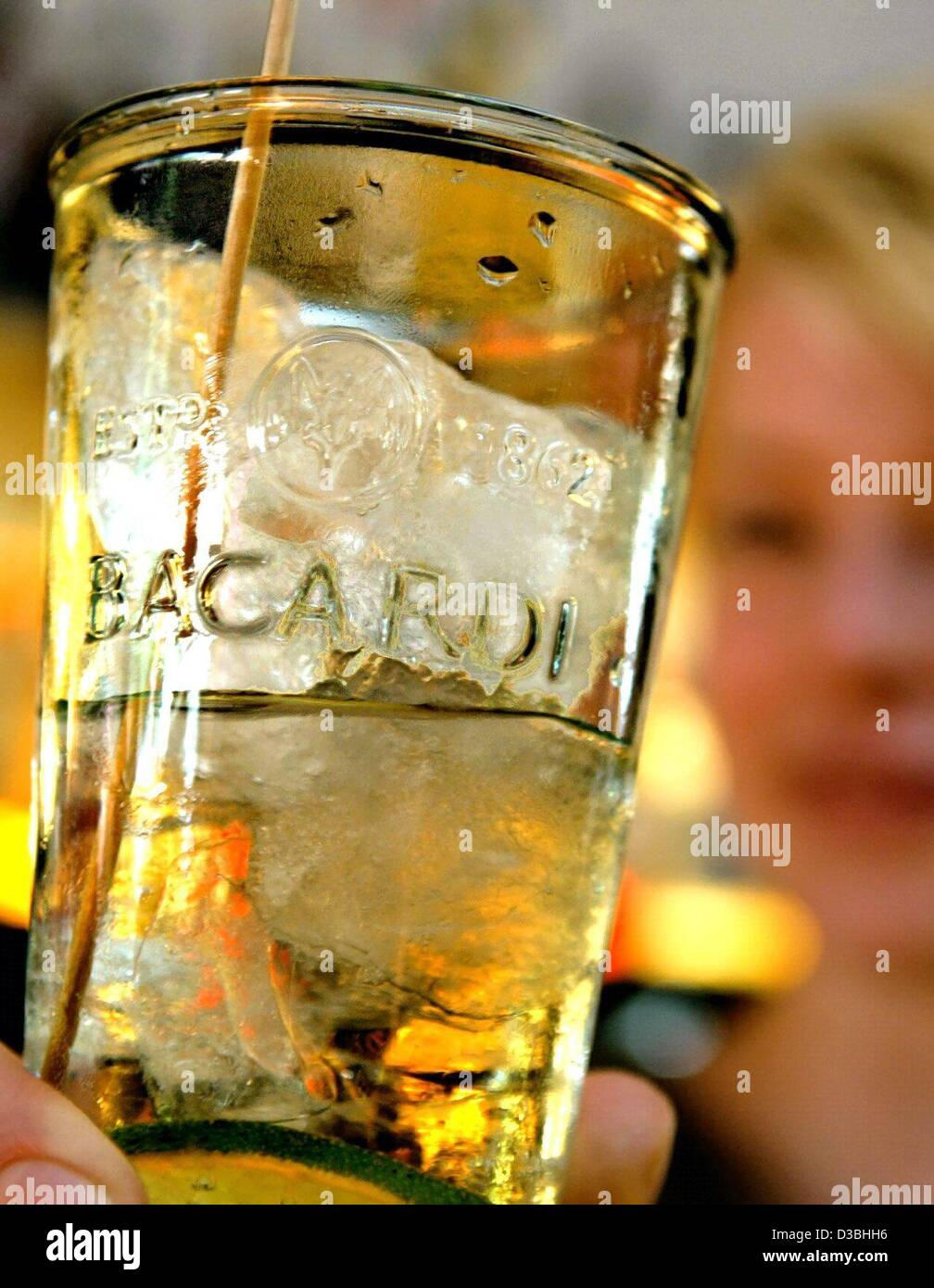 (dpa) - A waitress serves a glass of Bacardi rum on ice with a slice of lemon in the 'zwo11' bar in Hamburg, - Stock Image