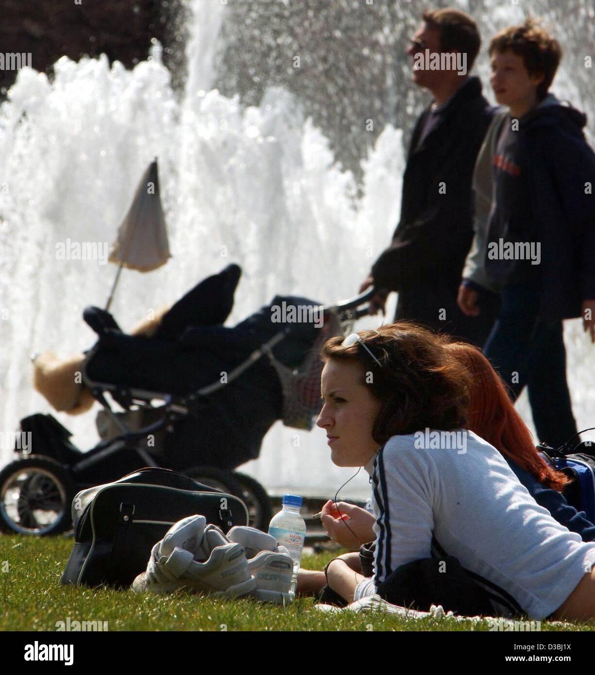 (dpa) - People enjoy the sunny weather in the Lustgarten (pleasure garden) in Berlin, 15 April 2003. - Stock Image