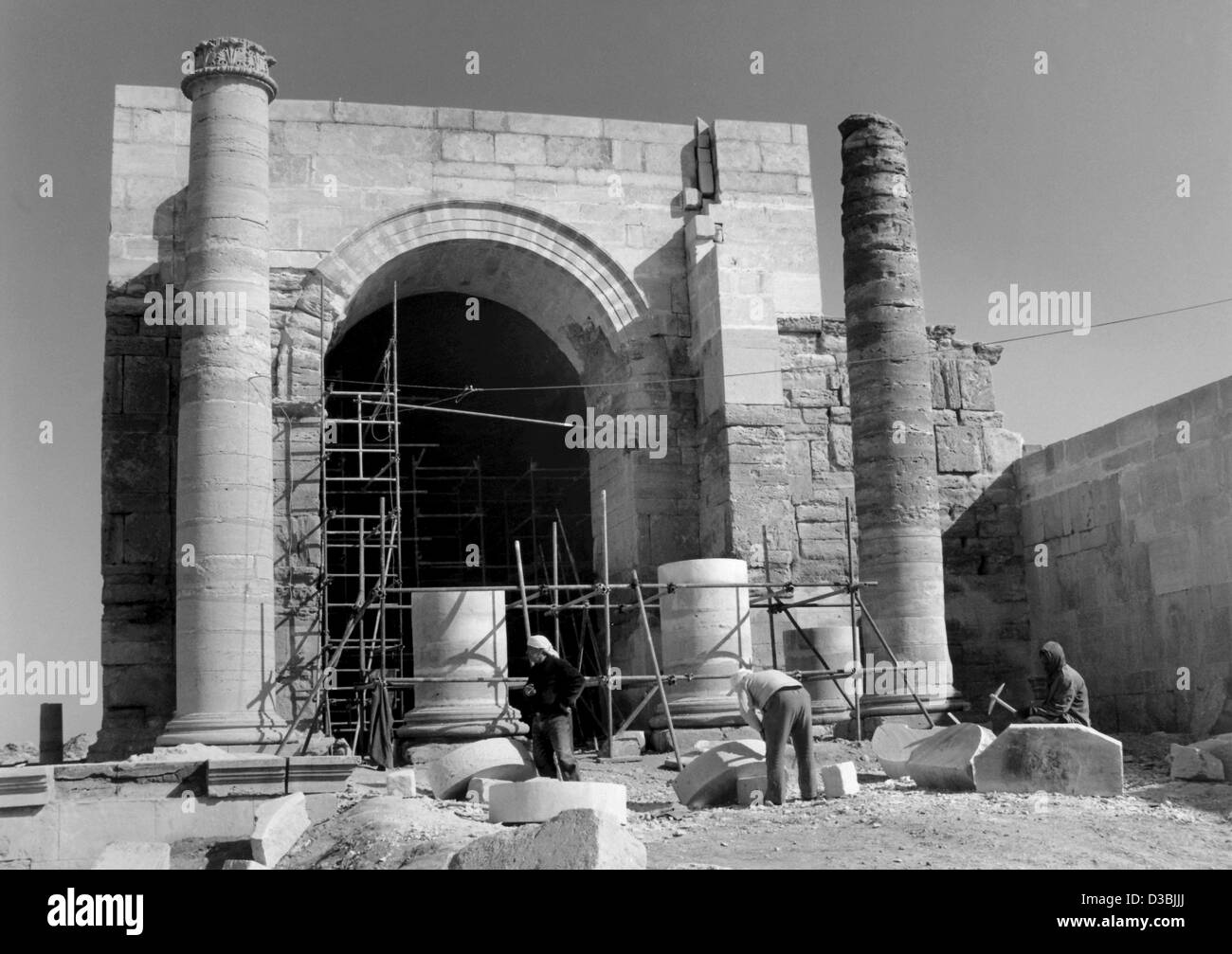 (dpa files) - Scaffoldings are mounted at a temple on the heritage site of Hatra, Iraq (undated filer). A large - Stock Image
